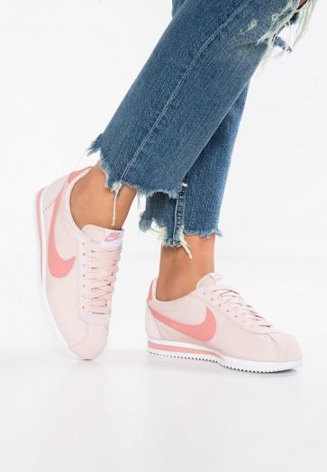 Nike Footwear Classic Cortez Nylon - Chaussures de Sport Basse/Faible - Gris Boue/Rouge Poussière D'étoile/Blanc - Femme